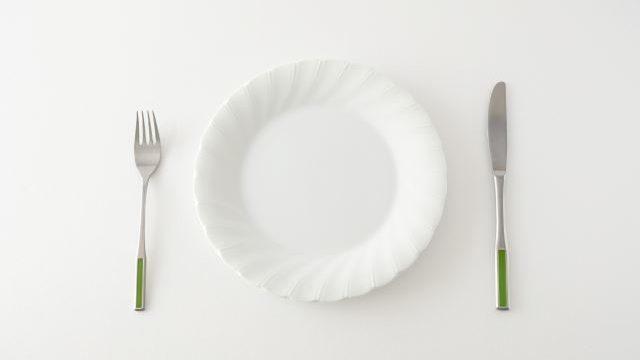 白い食器とナイフとフォーク
