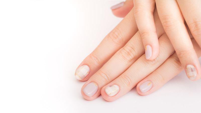 ネイルをしている女性の爪
